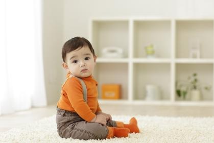 リビングに座る赤ちゃん