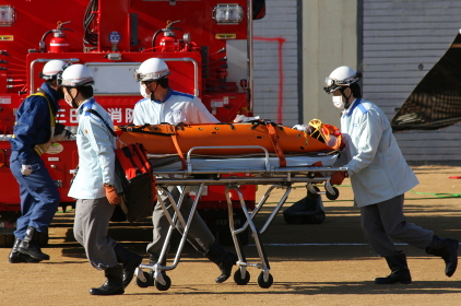 要救助者の搬送(2010年三田市総合防災訓練)