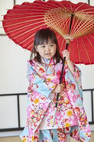 和傘を持つ七五三の日本人の女の子