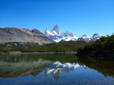 アルゼンチン・パタゴニア地方にてトレッキング道中から逆さフィッツロイとカプリ湖