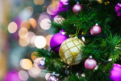 クリスマスツリーを彩る飾り付けとイルミネーション
