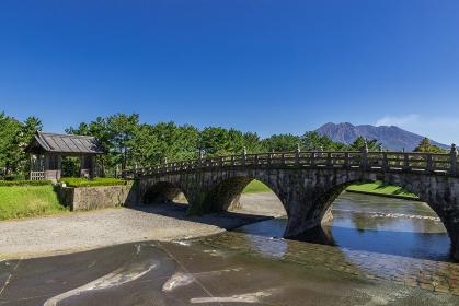 石橋記念公園西田橋と桜島の風景 鹿児島県鹿児島市
