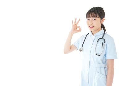 OKサインをする若い看護師