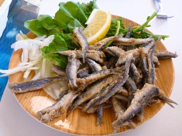 トルコの大衆食堂にて出来立ての小魚カタクチイワシのフリットのプレート