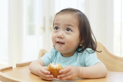 焼きおにぎりを食べる女の子