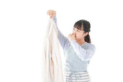 洗濯物を臭う若い女性