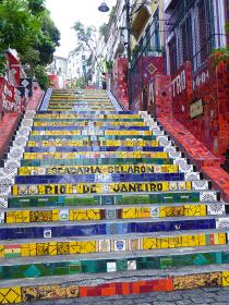 ブラジル・リオデジャネイロの観光名所であるタイル絵のセラロン階段全体図