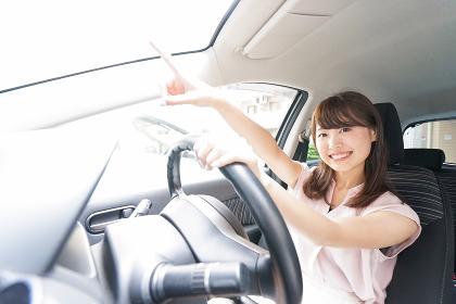 指をさす女性ドライバー