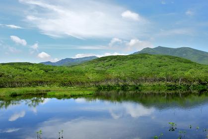 知床 秘境 羅臼湖、知西別岳を望む