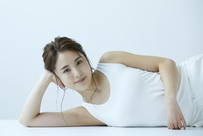 肘をついて横になる日本人女性