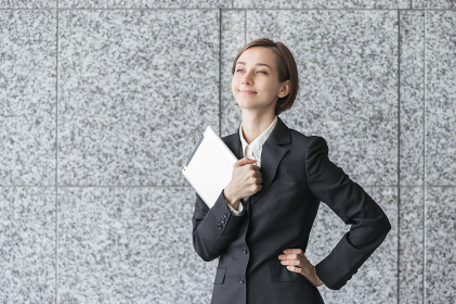 タブレットPCを持つ若い女性(ビジネスイメージ)