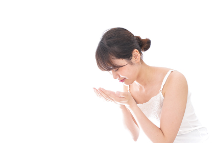 洗顔をする若い女性