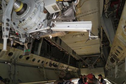 B-52戦略爆撃機のウェポンベイに雨宿り(2015年アバロン)