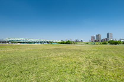 青空広がる初夏の荒川河川敷と北区赤羽から川口市の風景