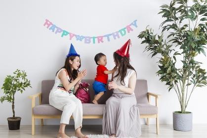 誕生日を祝う親子と友達