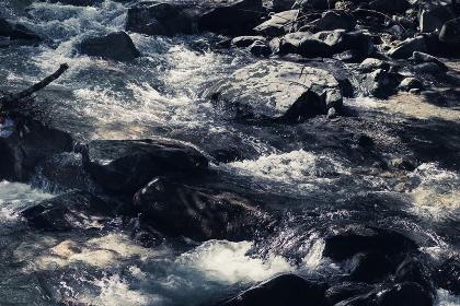 岩に激しくぶつかる川の水