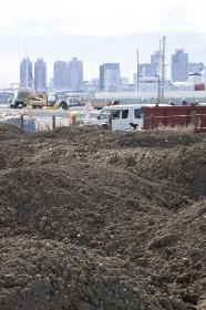土砂と高層ビル群