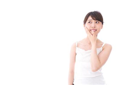 ビューティーケアをする若い女性