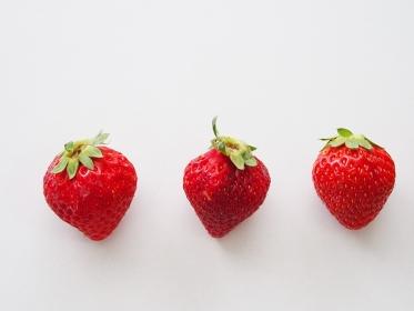 三つ並んだイチゴ
