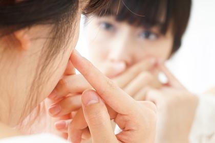 肌荒れをケアする若い女性
