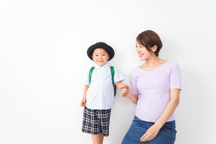 通学をする子どもとお母さん