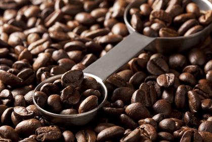 コーヒー豆と計量スプーン