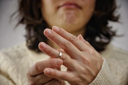 指輪を見つめる女性