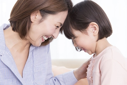 娘の熱を測る母