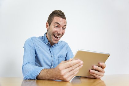 タブレットを見る外国人男性