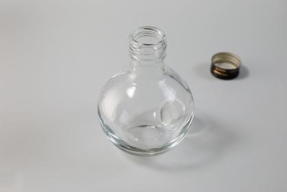 透明な空のガラス瓶
