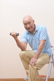 筋トレをする日本人シニア