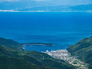 西伊豆スカイラインの展望台から見た戸田の町と駿河湾の風景 日本 9月下旬