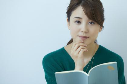 読書をする日本人女性