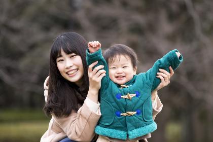 バンザイする親子(母親と男の子)