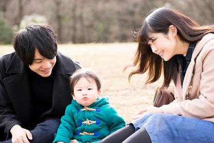 幸せな家族のピクニック(3人家族)
