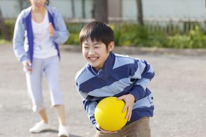 ドッジボールをする小学生男子