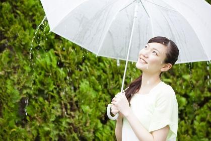 傘をさす女性