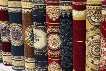 店先に並べた売り物の絨毯