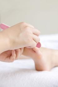 足の爪をキレイにする女性