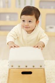 跳び箱で遊ぶ赤ちゃん