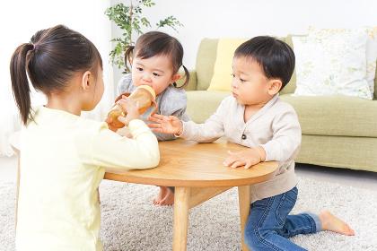 家で友だちと遊ぶ子供