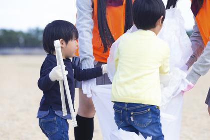 地域活動をする高校生と子供