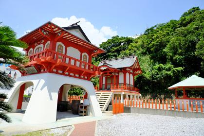 斜めから見た美しい龍宮神社