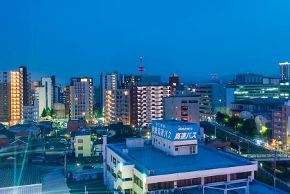 夜の地方都市のビル街