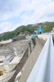迫力のある巨大な鶴田ダム