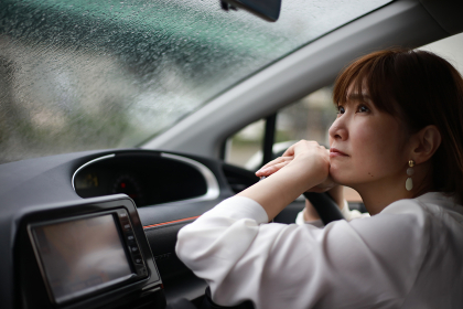 雨が降り悲しそうな女性