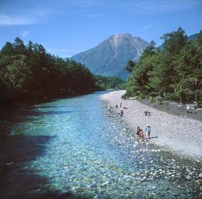 上高地の清流、梓川。川底が見えるほど清冷な水が流れている。