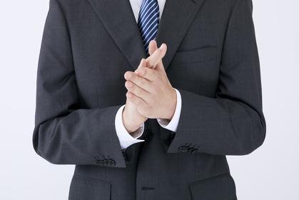 拍手する男性