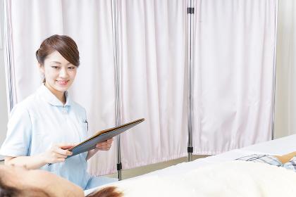 入院患者を回る看護師