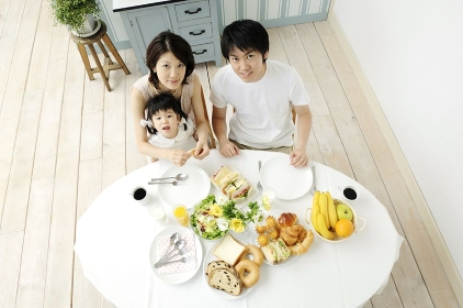 食卓を囲む家族
